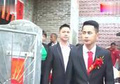 直击陕西农村接亲现场:道路不通,婚车无法通过,只能用船载车!