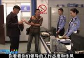 交警支队长检查工作,对蛮横女警员严厉批评,向处理违章司机道歉