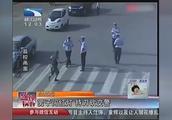 男子开车被拦后持刀下车,见到穿警服的就砍,周围群众纷纷离去