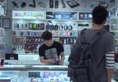 男子买东西钱不够,当场从鞋里抽出一百现金,店员都惊呆了