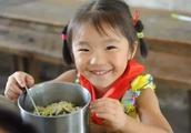 """""""免费午餐""""发起人邓飞:阿里巴巴汇集爱心,帮乡村学校孩子准时开餐"""