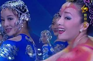 经典舞蹈《年年有余》,台上演员们载歌载舞上演精彩舞蹈,真美