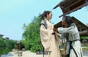 乞丐不知眼前小哥女扮男装,竟然摸她腰间,结果被打了一顿!