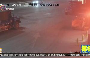 油站刚加完油的摩托车发生自燃,工作人员立即灭火器扑救