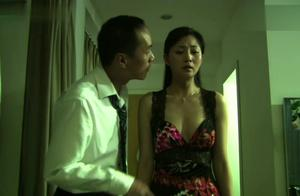 爱了散了:妻子被逼穿性感裙子,受尽了丈夫的侮辱,都快要崩溃了