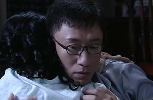 潜伏:余则成与翠萍的爱情种子在这一刻发芽,两个人深情拥抱