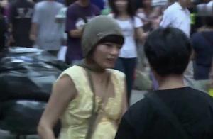 男子伤害女孩!当街被女孩捅死,儿子就在旁边看着,童年阴影啊!
