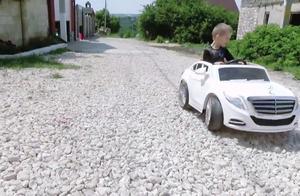 小男孩开白色玩具跑车,找回了丢失的轮胎,把坏的玩具车也修好了