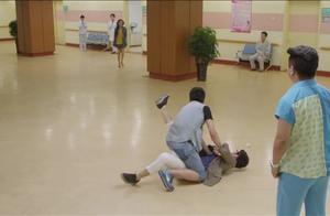 小伙听见媳妇摔倒的消息,不分青红皂白冲到医院暴打媳妇上司!