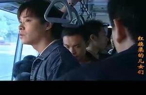 农村小伙进城打工赚钱 不仅在公交车上被偷了钱 还被小偷暴打一顿