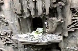 乔家大院砖雕寓意吉祥 游客塞满钱币祈福
