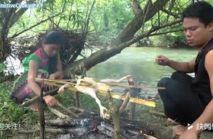 农村夫妻:上山设套抓只老母鸡,在河边随便处理下直接生火烤来吃