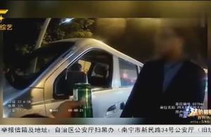 湖北:男子边开车边喝酒,遇到检查的时候,主动递酒给民警
