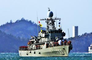 争议岛屿附近,2艘渔船相撞,其中1艘将沉没,两艘军舰正火速赶往