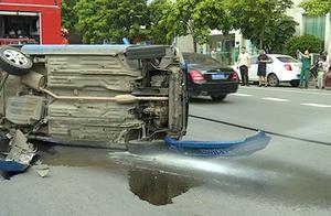 """兰博基尼跑车""""飞""""向对向车道 连撞三车"""
