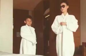 张柏芝跟儿子搞怪卖萌,母子穿浴袍走秀,拍肚子动作表情一致超萌