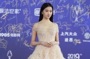 北京国际电影节,关晓彤裸色拖地长裙美翻,难怪鹿晗爱了她两年了