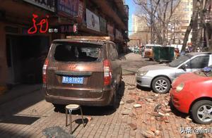 半夜大风房顶被意外吹翻,楼下三台车遭了秧。面包车受损严重,前后挡风玻璃全碎了