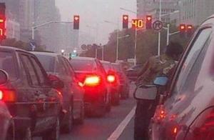 等红灯时,到底该不该一直踩着刹车?看完或能明白