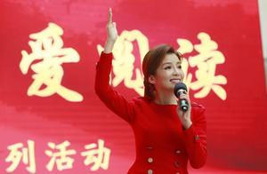 央视主持人朱迅现身郑州,被观众热情感染,现场飙河南话