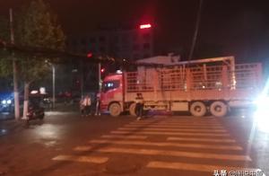 郑州:超高货车深夜惹祸将三根通讯线杆拉断致网络瘫痪