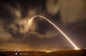 不明导弹射向以色列,爆炸火光点亮夜空,天亮后发现虚惊一场