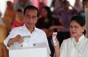 印尼大选投票挑战重重,政府动用大象和马匹运送票箱