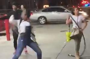 4名女子偷热狗吃被发现,竟疯狂追打壮汉目击者,视频曝光!