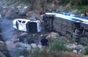 2人重伤,6人轻伤!泸沽湖旅游大巴坠河,疑因后车超车导致