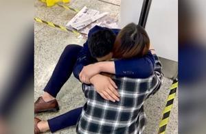 为签单男子醉倒地铁崩溃哭诉生活太不易 妻子赶来拥抱安慰:没事的