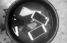"""把学生手机泡水盆里遭质疑 商洛一中学老师称是""""苦肉计"""""""