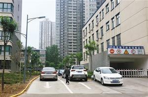 东方社区105街坊小区车辆违规停放 主通道被占用存安全隐患