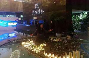 南京一女子在售楼处维权坐进了沙盘 造成财物毁坏被刑拘