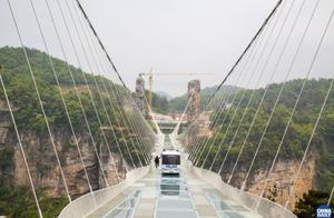 张家界大峡谷玻璃桥上演无人巴士悬浮魔幻秀