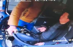 """判刑1年!""""黄牛""""误导上错车,59岁男子竟和公交司机抢方向盘"""