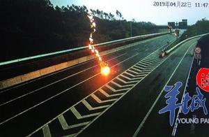 恐怖!巨大闪电劈向武深高速公路,地面瞬间腾起火球