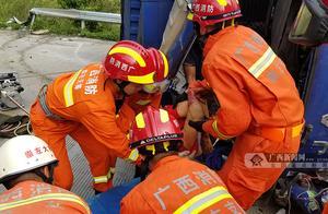 下坡路段,货车撞上防护栏引发侧翻 事故造成一人死亡,事发崇左市大新县
