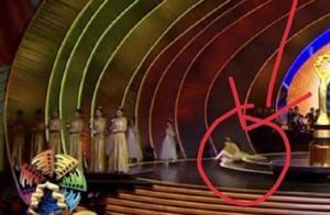 无奈!迪丽热巴表演芭蕾舞后退场不慎摔倒,网友竟是质疑炒作?