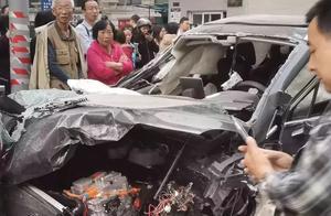 最新!西安高新一女司机连撞数车,1人身亡多人受伤2岁宝宝躲过一劫……