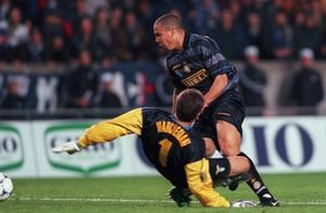 21年前今天国际米兰3比0拉齐奥夺得联盟杯 罗纳尔多上演钟摆过人