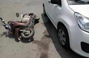 奔驰4S店员工驾车撞人,无辜车主拒出保险!律师:没毛病!