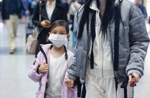 李小璐带女儿现身机场 甜馨推着行李箱长高不少呢
