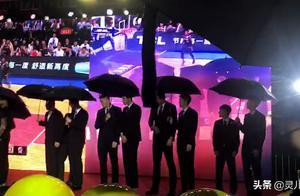 """广东庆功宴下暴雨,球员西装出席撑伞太""""别致"""",易建联公布行程"""