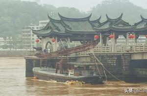 """潮州""""国宝""""广济桥今晨被遭采沙船撞击,桥栏受损"""