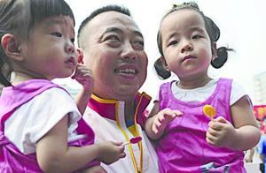 刘国梁唇吻小女儿照引争议:道德需为纯纯父女之爱操碎玻璃心吗