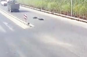 16岁少年无证驾驶无牌摩托车 径直撞向中心护栏 抢救无效死亡