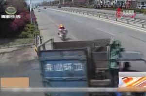 骑车只顾低头玩手机,女子险些钻进垃圾车,监控拍下事故现场