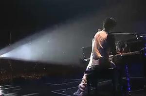 王力宏《你不在》人帅,歌唱的好钢琴弹得也是那么优美,超乎完美