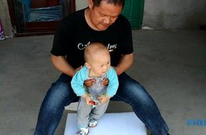 农村宝爸在哄小宝宝,小宝宝在玩啥呢,非常高兴