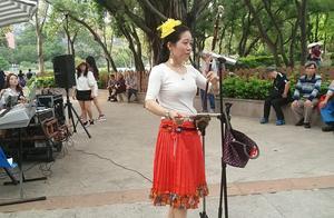 高手在公园,街头艺人雯雯二胡演奏一曲经典老歌,果然是实力派